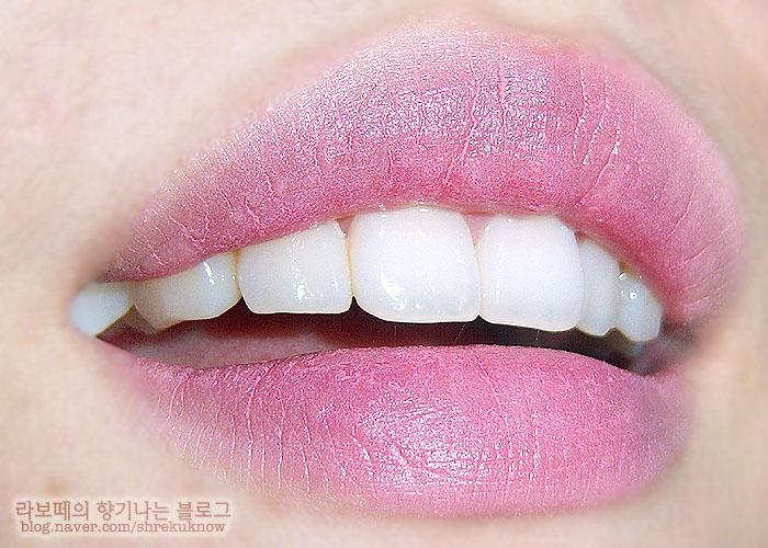 2b7975b58b3 그래도 전 미샤 크리미 매트 립루즈를 좋아해요 T_T 제가 입술주름도 심하고 요플레현상도 심하고 각질도 심한 편인데도 맥만큼 손이 자주  가더라구요.
